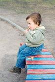 çerez yemek ve rahatlatıcı bir çocuk — Stok fotoğraf