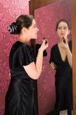 Kobieta z szminka na makijaż — Zdjęcie stockowe