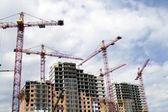 Building crane and building under constr — Stock Photo