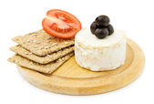 Brie cheese and organic crackers. — Stok fotoğraf