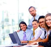 Jonge glimlachend business — Stockfoto