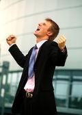 Homme d'affaires permanent avec poings — Photo