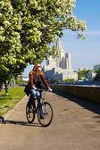 Meisje op de fiets — Stockfoto