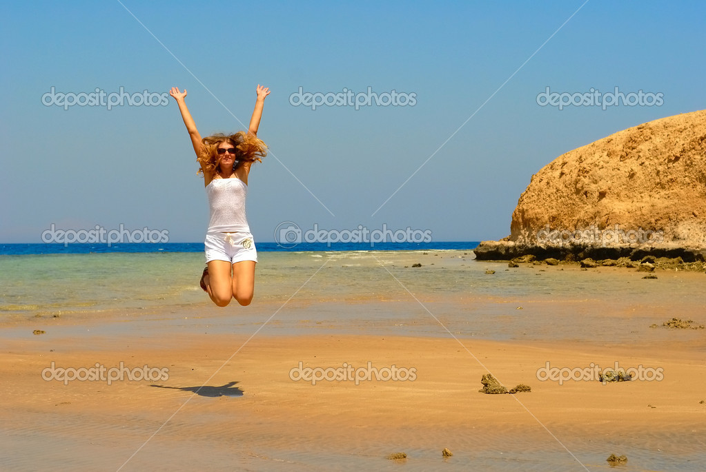 Jumping woman  on the seaside in a Ras Mohammed — Stock Photo #1579596