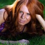 Kızıl saçlı kız yaz Park — Stok fotoğraf #1294644
