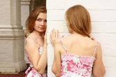 ピンクのドレスで妹の双子 — ストック写真