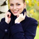 chica joven y bella en el parque otoño — Foto de Stock