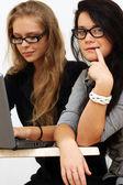 деловых женщин, работающих с ноутбуком — Стоковое фото