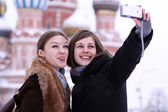 Two girls tourists are photographed in Moscow (Russia) — Stockfoto