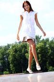 Young beautiful girl walks in outdoor — Stockfoto