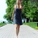 wandelen meisje — Stockfoto