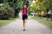 Mooie jonge vrouw in herfst park — Stockfoto