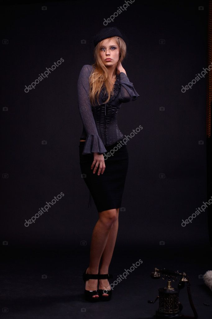 Full length portrait of an attractive woman — Stock Photo #2515780