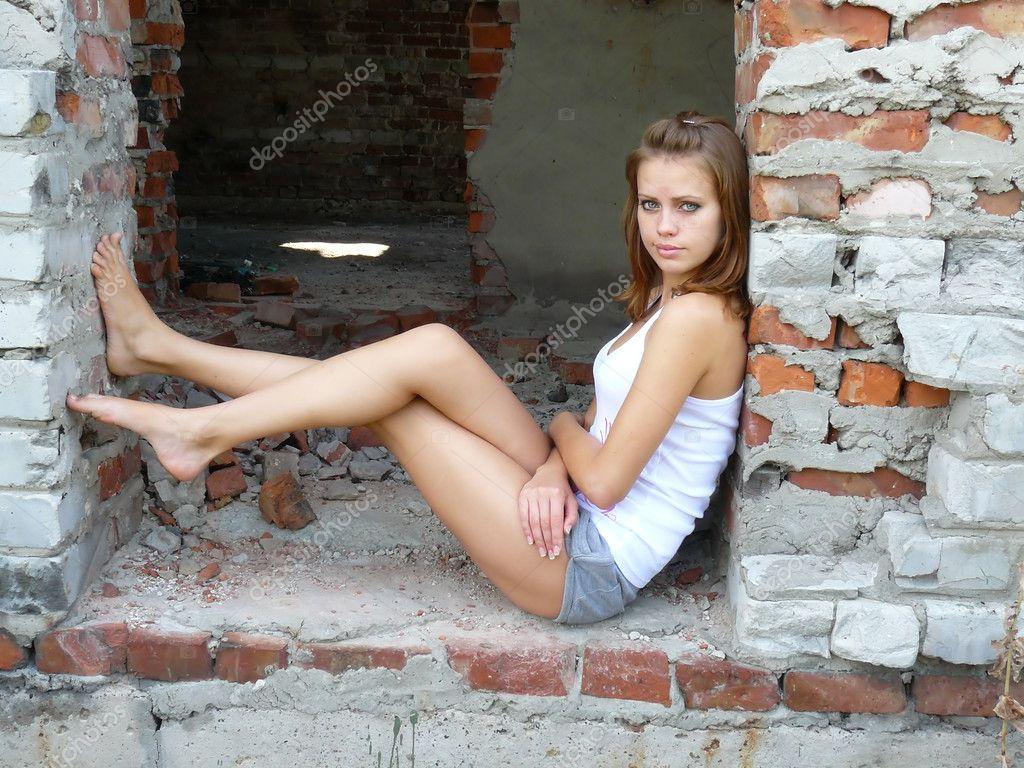 Игривая девушка разделась на стройке  538823