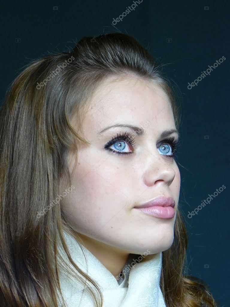 Femme brune aux yeux bleus dans un blanc photographie - Brune yeux bleus ...