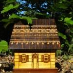 木 々の間家のモデル — ストック写真