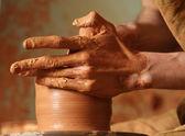 Mains de potter faire un pot en argile — Photo