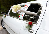 Wedding bouquet and wedding machine — Stock Photo