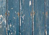 Blauwe vlokkig verf op een houten hek. — Stockfoto