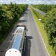 与油箱在公路上的卡车 — 图库照片