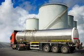 Vrachtwagen met brandstoftank — Stockfoto