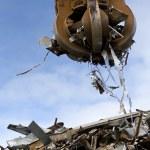 Grabber loading a metal garbage — Stock Photo #1237998
