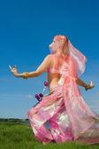 在草地上的粉红色跳舞的女人 — 图库照片