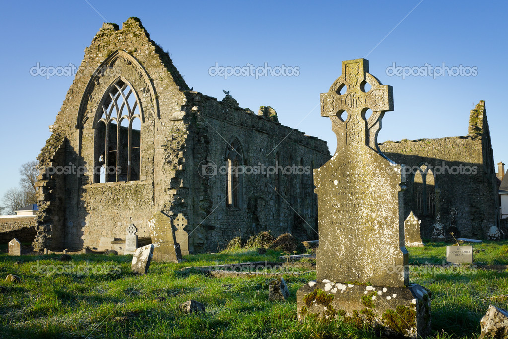 Athenry Dominican Friary, dedicated to Saints Peter and Paul,found at 1241,remains details,and old cemitary with tombs and stone cross — Stock Photo #1312802