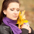 Portrait of young woman in autumn park. — Stockfoto