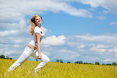 Girl run in the field — Stock Photo