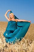 Kobieta w polu — Zdjęcie stockowe