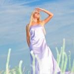 Frau im langen Kleid — Stockfoto