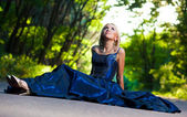 Krásná žena na cestě v lese — Stock fotografie