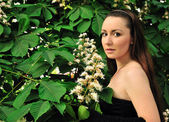 Glamour girl next to the chestnut buds — Foto de Stock