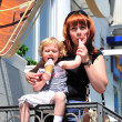 Mother and daughter eating an ice-cream — Stock Photo