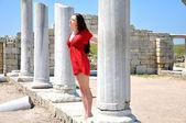 Brunette in de oude stad — Stockfoto