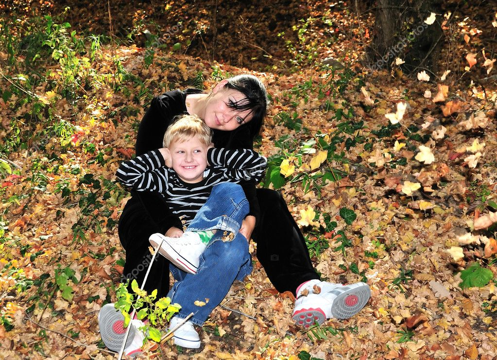 Mother and son have a fun in the forest during leaf shedding — Stock Photo #1438127