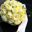 Roses and wedding rings on the dark - 图库照片