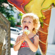 Girl love ice cream — Stock Photo