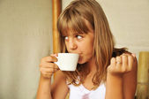 Tanned girl drinking tea — Stock Photo