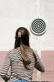 Girl play darts — Stock Photo