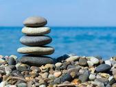 Pila di pietre sulla spiaggia — Foto Stock