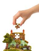 Hand en puzzel huis — Stockfoto