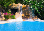 Pool and waterfall in hotel — Stockfoto