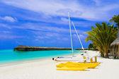 Yacht on tropical beach — Stock Photo