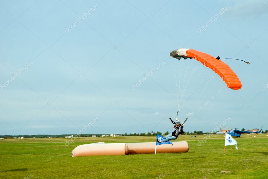 Landing of the sportsman after parachute jump — Stock Photo #1489427