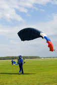 Landing of the sportsman after parachute jump — Stock Photo