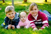Hermano con hermanas — Foto de Stock