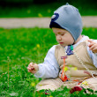 Baby boy sitting in green grass — Stok fotoğraf