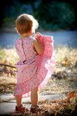 Jongen meisje opheffen van haar jurk — Stockfoto